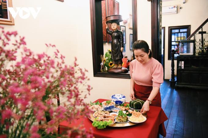 Thức ăn bày trên đĩa và đặt trong các bát sao cho vừa vặn, không đầy ú ụ, hài hòa về màu sắc.Trong mỗi món ăn cần chú ý đến từng chi tiết gia giảm.