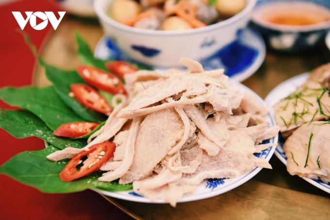 Món nem tai tưởng chừng đơn giản, nhưng khâu chế biến cũng hết sức cầu kỳ, từ công đoạn luộc tai, khử mùi hôi, ngâm nước lạnh để tai được giòn. Thính trộn nem phải lựa chọn loại gạo ngon.