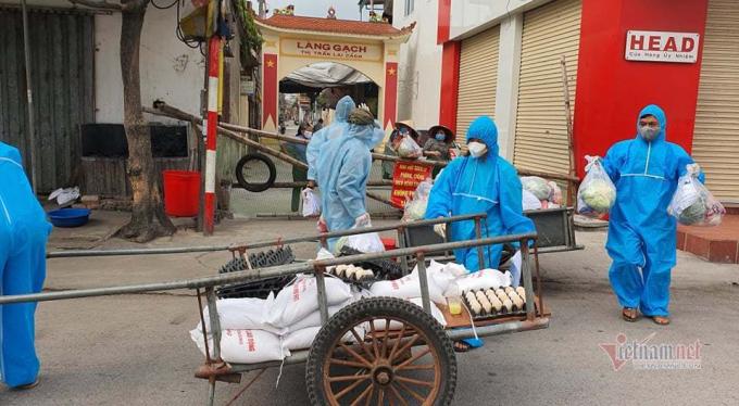 Tổ phát quà tiếp nhận gạo, thực phẩm thiết yếu để trao tận tay người lao động, gia đình chính sách trong huyện Cẩm Giàng