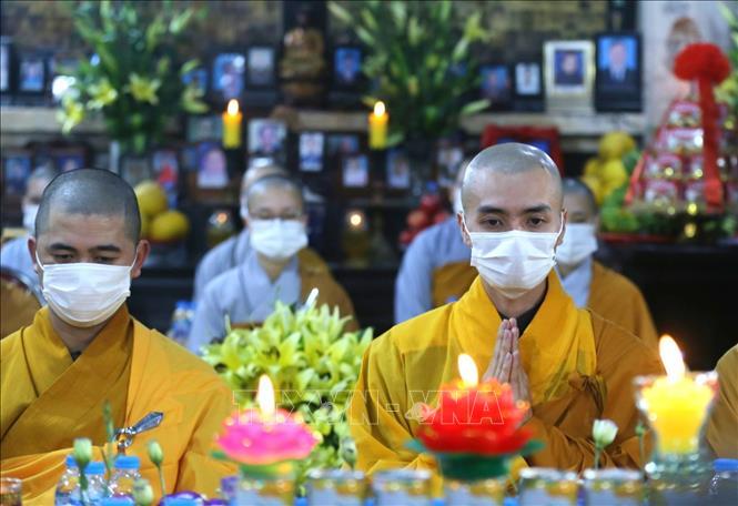 Các sư thầy làm lễ cầu an bên trong Chùa Phúc Khánh (quận Đống Đa, Hà Nội). Ảnh: Thành Đạt/TTXVN