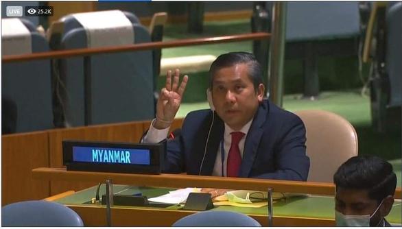 Đại sứ Myanmar tại LHQ Kyaw Moe Tun giơ 3 ngón tay khi phát biểu tại LHQ. Đây vốn là biểu tượng quen thuộc xuất hiện trong các cuộc biểu tình phản đối đảo chính tại Myanmar - Ảnh chụp màn hình