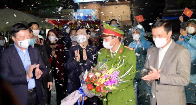 Đại diện lãnh đạo tỉnh tặng hoa cho các cán bộ tại chốt kiểm dịch và thực hiện lệnh gỡ rào phong toả thành phố Chí Linh