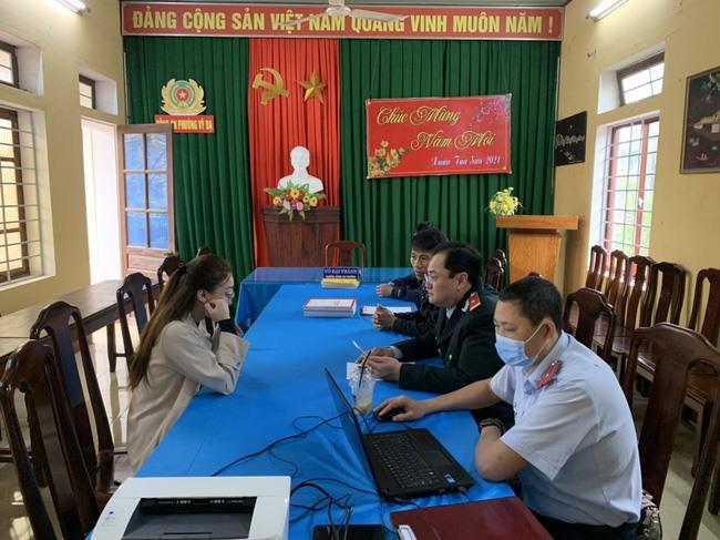 Thanh tra Sở Thông tin và Truyền thông Thừa Thiên Huế làm việc với chị N.