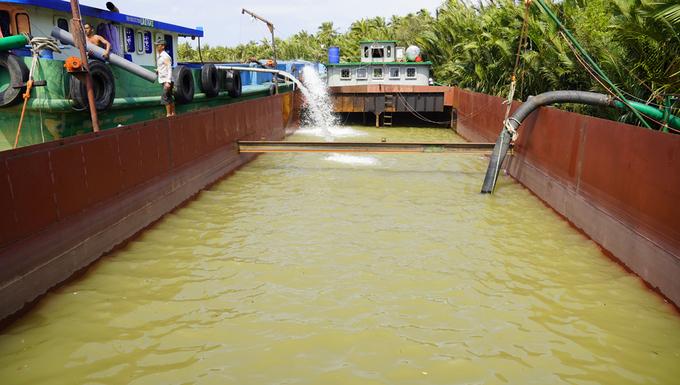 Người dân vùng hạn mặn khổ sở vì giá nước ngọt tăng gấp tăng 5 lần