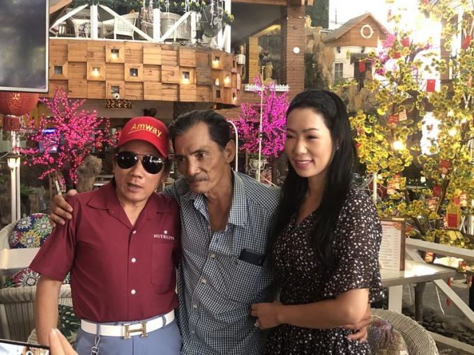 Trịnh Kim Chi gặp nghệ sĩ Thương Tín bàn giao tiền quyên góp. ẢNH: THẠCH ANH