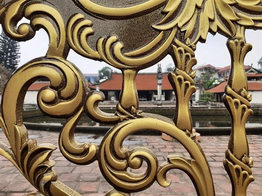 Hoa văn trên chiếc cổng hoàn toàn không ăn nhập kiến trúc của di tích.