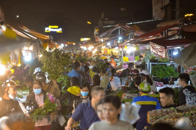 Đêm trước ngày 8/3, chợ hoa Quảng An (Hà Nội) lại càng nhộn nhịp, tấp nập cảnh kẻ bán người mua. (Ảnh: Minh Sơn/Vietnam+)