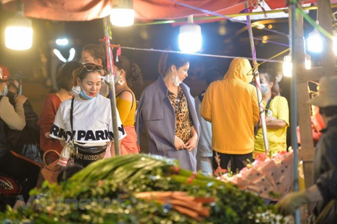 Người dân Thủ đô đã quen tới đây để lựa chọn hoa mỗi khi có dịp đặc biệt. (Ảnh: Minh Sơn/Vietnam+)