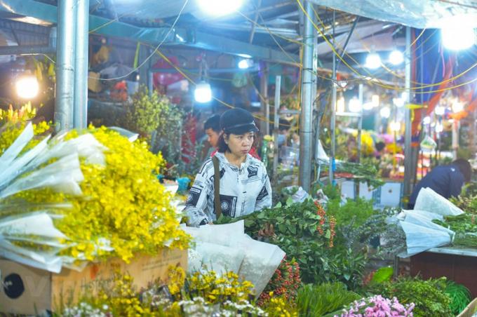 Những sạp bán hoa đã được phủ đủ màu sắc sặc sỡ trước thềm ngày Quốc tế phụ nữ. (Ảnh: Minh Sơn/Vietnam+)