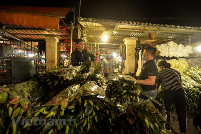 Chợ hoa Quảng An nhộn nhịp nhất lúc khoảng 11- 12 giờ đêm. (Ảnh: Minh Sơn/Vietnam+)