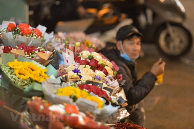 Các loại hoa tranh thủ đua sắc trong dịp lễ đặc biệt tôn vinh phụ nữ. (Ảnh: Minh Sơn/Vietnam+)