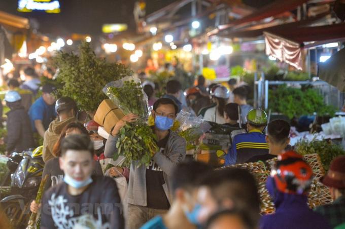 Các chuyến xe nối tiếp ra vào, các thương lái làm việc trắng đêm, xuyên ngày để nhập hàng, phân loại ra thị trường sau một thời gian dài trầm lắng vì dịch COVID-19. (Ảnh: Minh Sơn/Vietnam+)