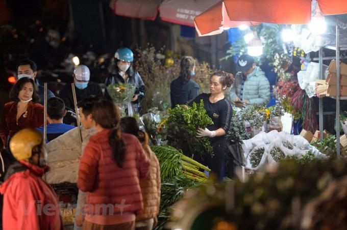 Người dân Thủ đô có thể đến xem, lựa chọn mua hoa lẻ hoặc buôn theo nhu cầu. (Ảnh: Minh Sơn/Vietnam+)