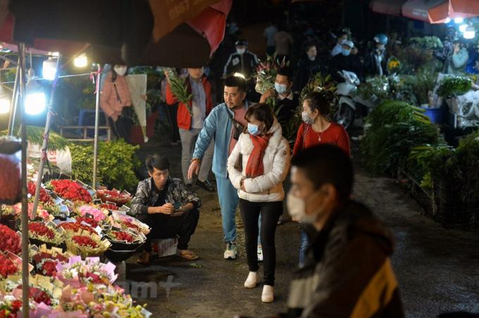 Theo ghi nhận, giá hoa hồng ta, cành ngắn là 10 ngàn đồng/bó/50 bông, hồng ngoại, cành dài từ 400 - 500 ngàn đồng/bó/50 bông, hoa đồng tiền từ 35 - 45 ngànđồng/bó/10 bông, hoa ly từ 100- 150 ngàn đồng/bó/5 bông to, tường vi 90 ngàn đồng/bó. Các loại hoa khô từ 150 ngàn đồng/bó. (Ảnh: Minh Sơn/Vietnam+)