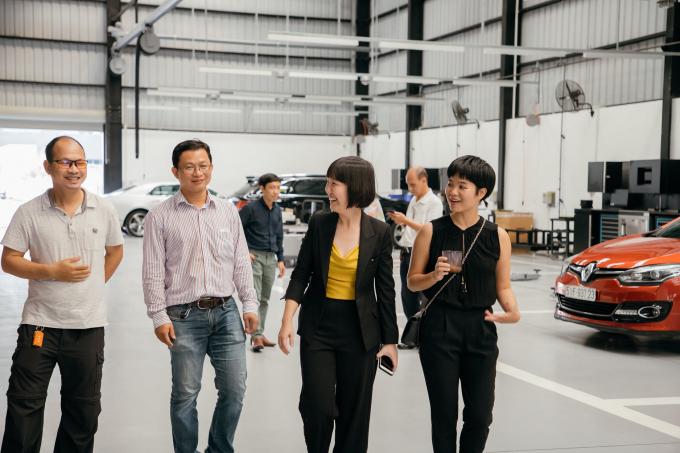 Nguyễn Vũ Thanh Thảo với các đồng nghiệp trong mảng kinh doanh xe hơi