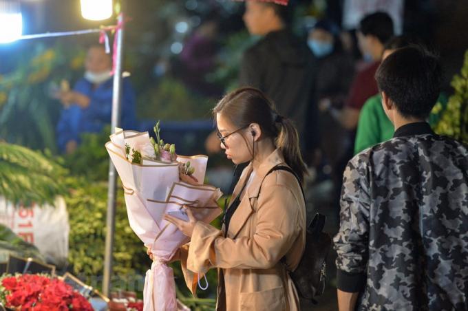 Các chủ sạp bán hoa ở đây cho biết, gần dịp 8/3 nên giá hoa tăng nhẹ tuy nhiên người mua vẫn tốt hơn so với năm ngoái. (Ảnh: Minh Sơn/Vietnam+)
