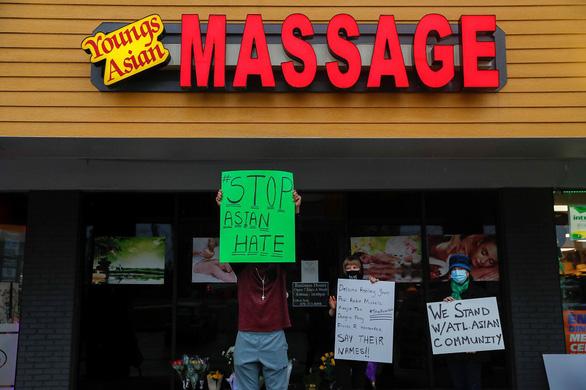 Người dân giơ các biểu ngữ phản đối thù hận nhằm vào người gốc Á tại Atlanta. Ảnh: AP