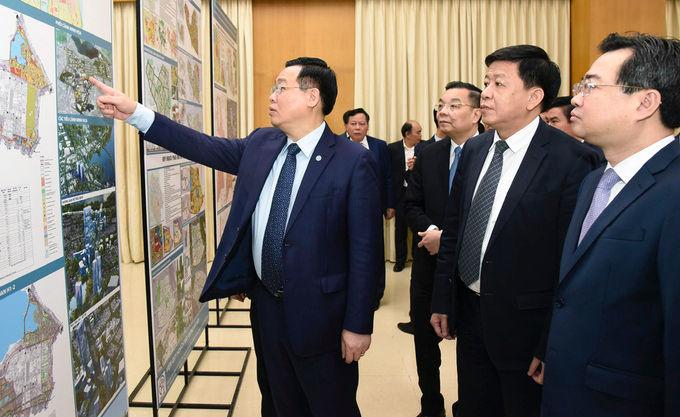 Bí thư Thành uỷ Hà Nội Vương Đình Huệ cùng các đại biểu thăm quan phòng trưng bày đồ án sáng 22/3. Ảnh: Viết Thành
