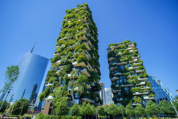 Công trình Towers Of Green ở Milan (Ý) xếp thứ hai trong danh sách của Daily Mail.Hơn 900 cây xanh được trồng tại công trình có chiều cao 111m này.