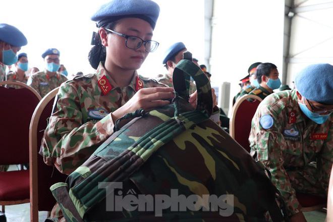 Các nữ chiến sĩ mũ nồi xanh cẩn thận chuẩn bị trang phục, hành lý để sẵn sàng lên đường làm nhiệm vụ quốc tế.