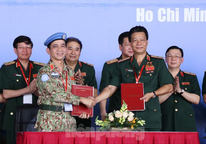 Lãnh đạo Bệnh viện Quân y 175 bàn giao Bệnh viện dã chiến 2.3 cho Bộ Quốc phòng.