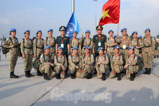 Các nữ quân nhân chụp hình lưu niệm cùng lãnh đạo Bộ Quốc phòng trước khi lên đường làm nhiệm vụ.