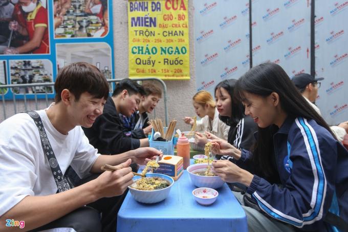 Nhóm bạn của Tiến Anh (ngoài cùng bên trái) tranh thủ cuối tuần đi chơi và ghé ăn tại quán gà tân. Từng ăn ở quán này 6 lần, Tiến Anh dẫn cả nhóm tới thưởng thức bữa trưa.