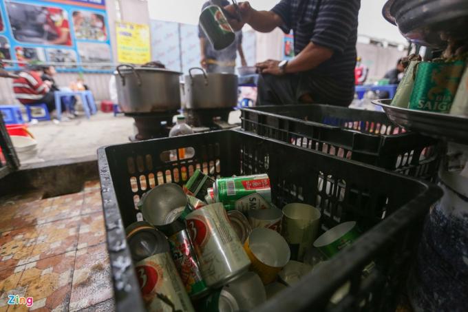 Các lon bia đựng gà được chủ quán tìm mua với giá 300 đồng/lon rồi thuê người cắt.