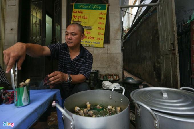 Chị Thủy thường bán từ sáng tới tầm trưa rồi về nấu gà bổ sung, buổi chiều sẽ do anh Trịnh Kế Thanh (chồng) lo việc bán hàng.