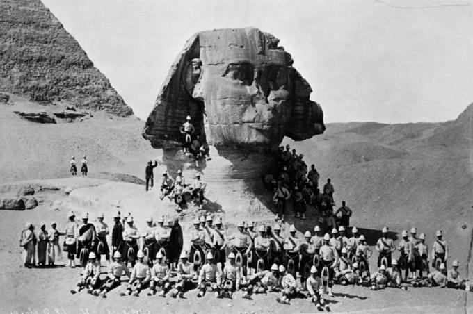 Tượng Nhân sư lớn ở Giza (Ai Cập).Bức tượng 4.500 năm tuổi nằm trên cao nguyên Giza ở bờ Tây sông Nile tại Ai Cập. Bức ảnh trên chụp vào năm 1882 cho thấy phần thân của bức tượng vẫn bị chôn vùi một phần. Ảnh được chụp vào năm 1982.
