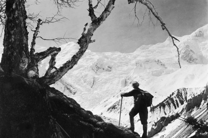 Đỉnh Everest (nằm giữa biên giới giữaNepalvà Tây Tạng trên nóc nhà thế giới dãyHimalaya). Bức ảnh này được chụp vào năm 1955.