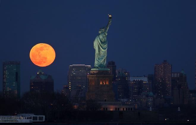 Siêu trăng giun tại New York, Mỹ. Ảnh:Newsweek.