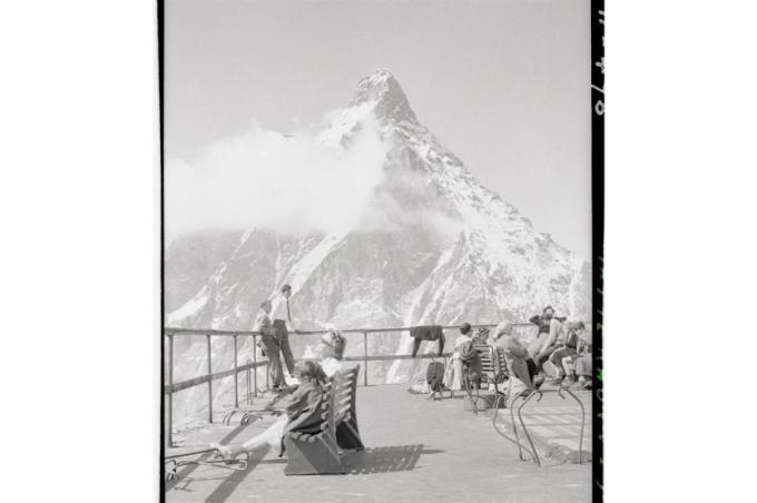 Núi Matterhorn (thuộc dãy Alps của Thụy Sĩ).Trong bức ảnh là khách du lịch nghỉ chân trên một điểm quan sát trên sườn núi phía Italy vào những năm 1950
