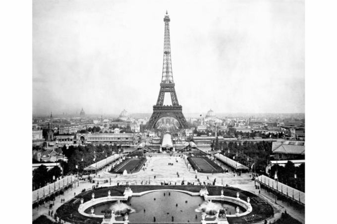 Tháp Eiffel (Thủ đô Paris, Pháp).Tháp Eiffel được xây dựng từ năm 1887-1889để kỷ niệm 100nămCách mạng Pháp và chào đón Triển lãm thế giớinăm 1889. Bức ảnh trên được chụp vào năm 1889. Ngày nay, tháp Eiffel thu hút khoảng 7 triệu lượt khách du lịch mỗi năm
