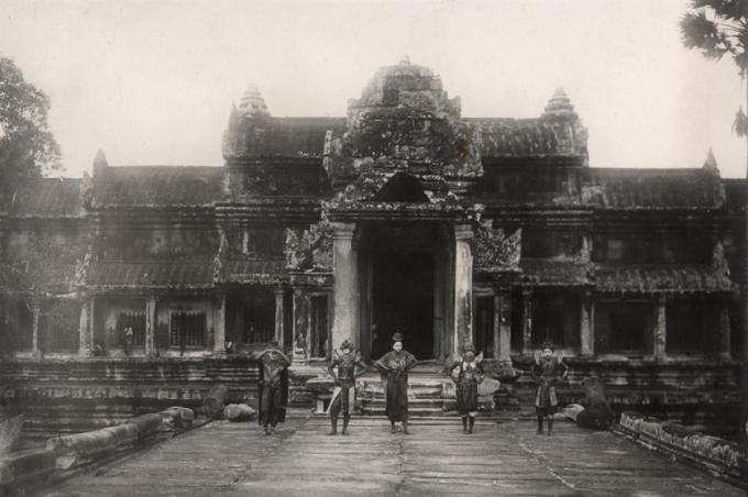 Quần thể Angkor Wat (Siem Reap, Campuchia).Quần thể đền Angkor Wat được cho là công trình kiến trúc tôn giáo lớn nhất thế giới, có diện tích 162,6 hecta và bao gồm hơn một nghìn tòa nhà. Ảnh được chụp vào năm 1910.