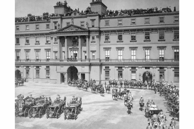 Trong bức ảnh làĐại lễ Kim cương của Nữ hoàng Victoria vào năm 1897. Cung điện Buckingham là một trong những địa danh nổi tiếng nhất của Anh và từng là nơi ở chính thức của Hoàng gia từ năm 1837.