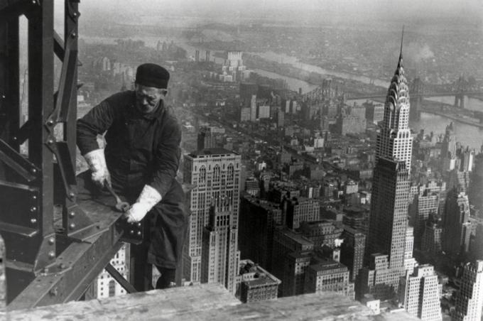 Hình ảnh tòa nhà Empire State (Thành phố New York, Mỹ) đang được xây dựng vào năm 1931. Đây là tòa nhà cao nhất thế giới cho đến những năm 1970, khi Trung tâm Thương mại Thế giới đã giành được vị trí này.