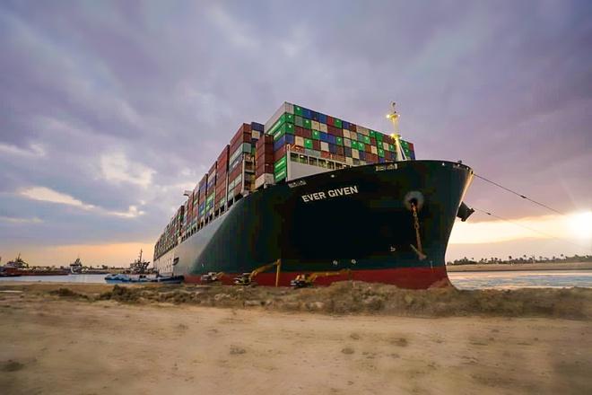 Tàu Ever Given khi bị mắc cạn ở kênh đào Suez. Ảnh: Getty.