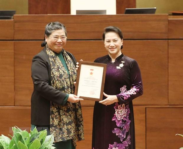 Phó Chủ tịch Quốc hội Tòng Thị Phóng trao kỷ niệm chương