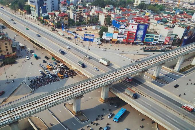 Tuyến đường sắt chạy qua nút giao Nguyễn Trãi-Khuất Duy Tiến nhìn từ trên cao.