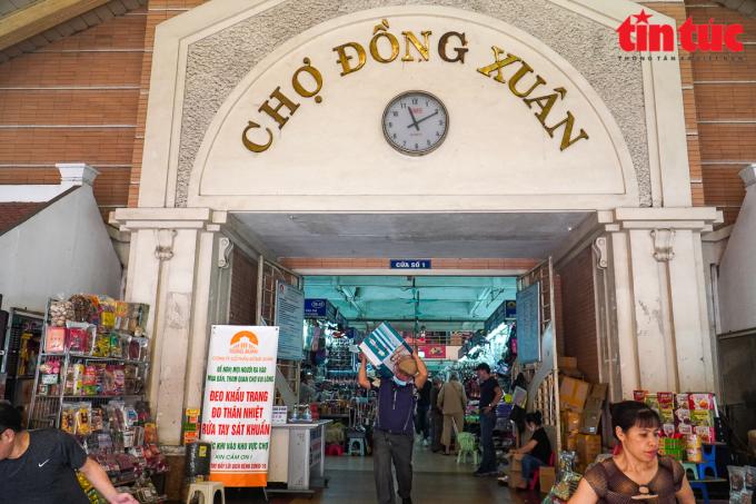 Do ảnh hưởng của dịch bệnh COVID-19, chợ Đồng Xuân hiện đang ế ẩm, vắng khách.