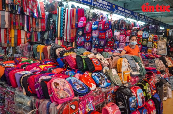 Một góc bán hàng vắng khách tại chợ Đồng Xuân dù đã 10 giờ sáng.