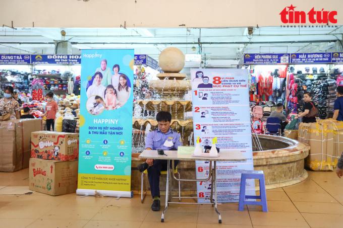 Biển thông báo, banner về các biện pháp phòng, chống dịch COVID-19 được đặt khắp các lối ra vào và trung tâm chợ Đồng Xuân.