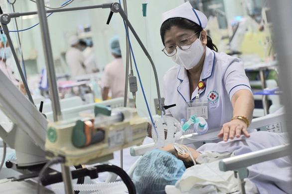 Một bệnh nhân ngộ độc botulinum đang nằm điều trị tại Bệnh viện Nhân dân 115 - Ảnh: D.PHAN