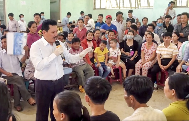 Ông Võ Hoàng Yên khám cho người dân huyện Bình Sơn hồi tháng 7/2020.Ảnh: T.P.