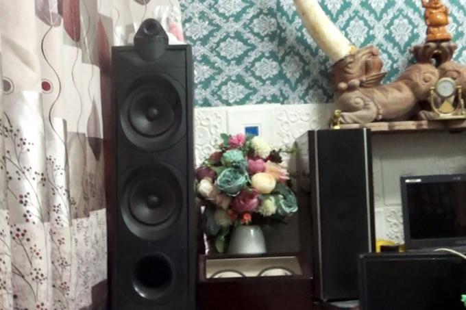 Nguyễn Xuân Quý mang thiết bị âm thanh vào phòng điều trị để bay lắc.