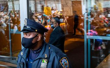 Cảnh sát đứng bảo vệ trong cuộc biểu tình ngăn sự căm thù của người châu Á ở New York ngày 4/4. Ảnh:Reuters/ Eduardo Munoz.