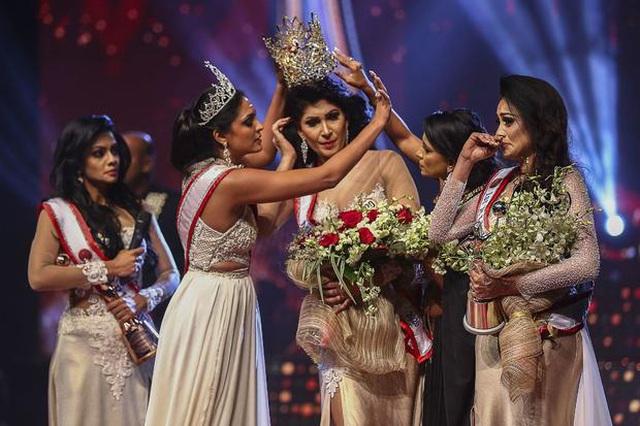 Hoa hậu tiền nhiệm Caroline Jurie (28 tuổi) bất ngờ giật vương miện khỏi mái tóc của tân Hoa hậu Pushpika De Silva (31 tuổi).