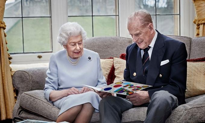 Nữ hoàng Elizabeth II và Hoàng thân Philip tại lâu đài Windsor hồi tháng 11/2020. Ảnh: AP.