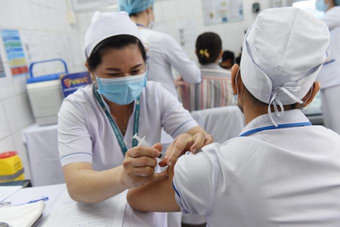 TPHCM lập danh sách 10 nhóm đối tượng ưu tiên tiêm vắc xin ngừa COVID-19